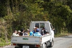 トラックで圃場へ.JPG